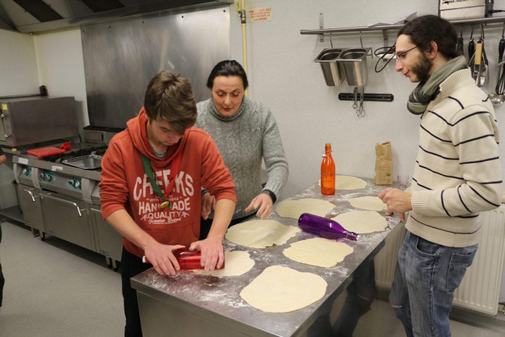 Un aîné de Du Guesclin et des parents de Belfort prête la main pour faire une quarantaine de pizzas