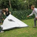 Les invités arrivent. Certains installent leur tente (avec difficultés non ?)...