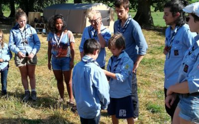 Yacine fait sa promesse lors du camp de la meute d'Enghein (Val de Seine)  ·  Photo : Camille Wolff