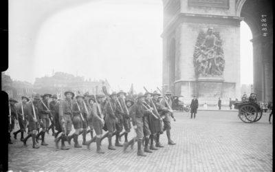Les éclaireurs remontent l'avenue des Champs-Élysées pour aller à Puteaux - Bibliothèque Nationale de France