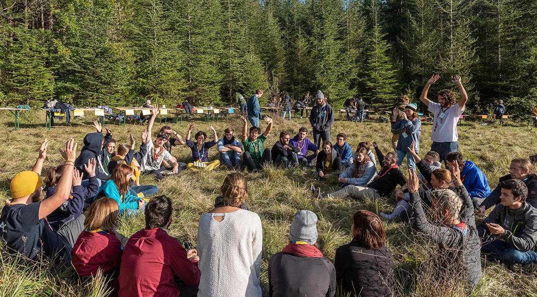 Photo : des responsables bénévoles en cercle débattent